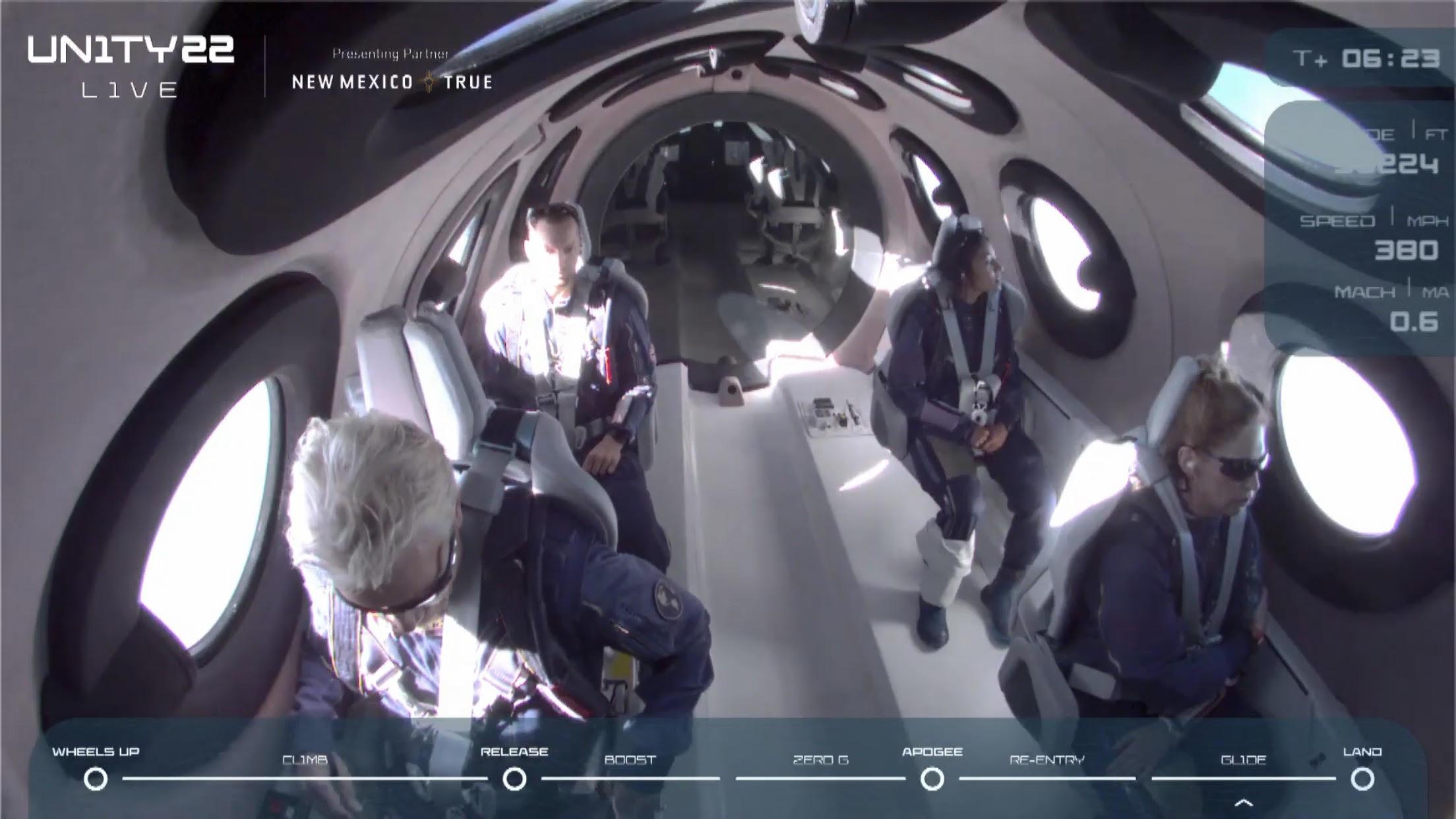Ο Ρίτσαρντ Μπράνσον και απλοί επιβάτες πέταξαν για πρώτη φορά... στο Διάστημα - Δείτε βίντεο από την εκτόξευση και την πτήση